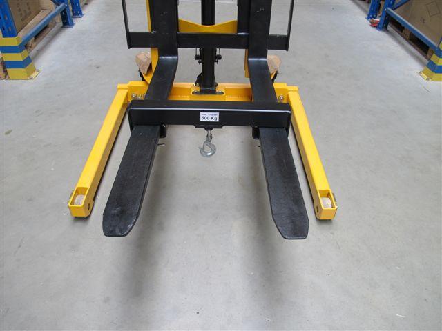 An den Gabelzinken des Breitspurgerätes ist ein Lasthaken für bis zu 500 kg befestigt