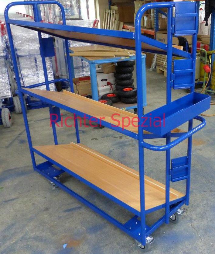 Kommissionierwagen mit 3 Ebenen (20 Grad geneigt, mit Abrutschkante), drei schwenkbaren Einstecktaschen für Kommissionierscheine und Ablagebox für Scanner, Kleinteile etc.