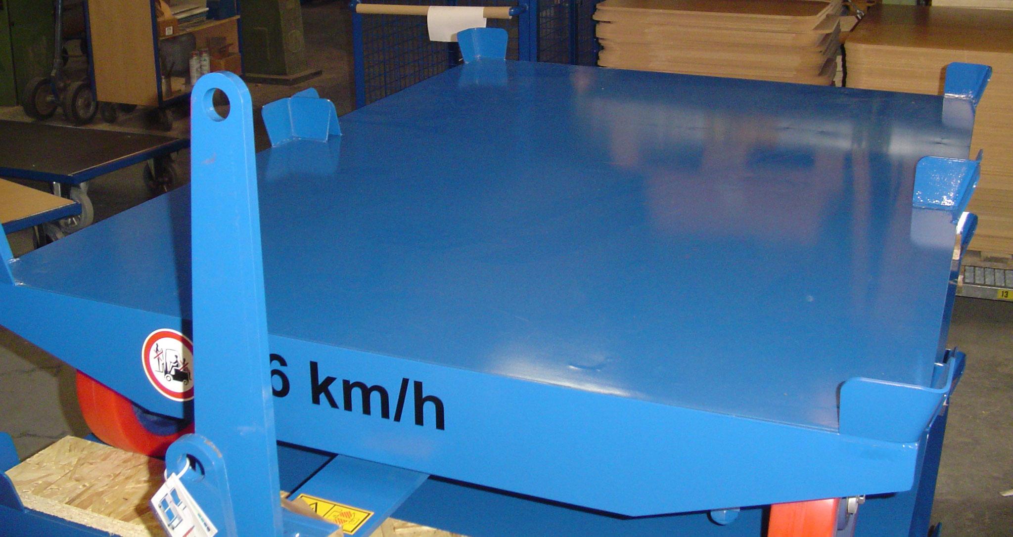 12 Stück Routenzug-Anhänger mit 2 Tonnen Traglast für zwei Europaletten [quer] zum Einsatz in einem großen Logistikzentrum