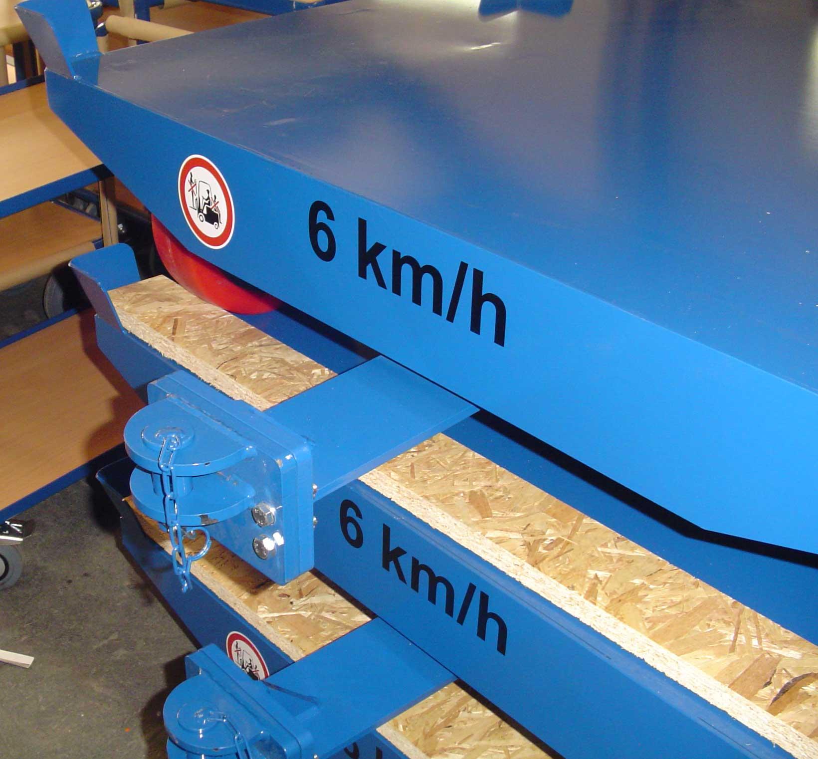 Routenzug-Einheit, Stahlplattform mit 2 Tonnen Belastbarkeit, aufgesetzten Fangecken für Europaletten und Kupplungsbolzen