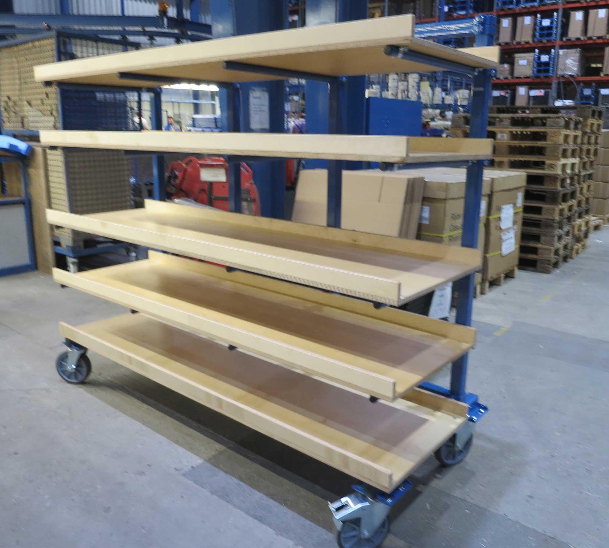 Hordenwagen mit 4 per Schraubschelle befestigen 2 Meter langen Multiplexböden (vorne mit Abrutschsicherung) und je 80 kg Traglast