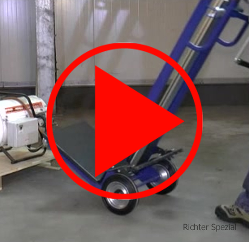 Videodarstellung mit einer Hubkarre mit Plattform zeigt das Unterfahren und Anheben von Lasten