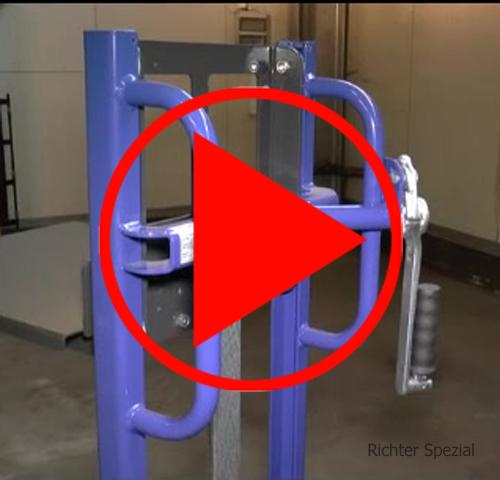 Video eines Materialhebers, der Kettenschutz für die Präzisionsrollenkette ist gut zu erkennen