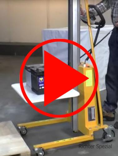 Handlingsvideo des Elektro-Materialifters, Ladevorgang Batterie. Bitte beachten Sie, dass wir das Gerät mit 150 kg / 1500 mm abgebildet haben.