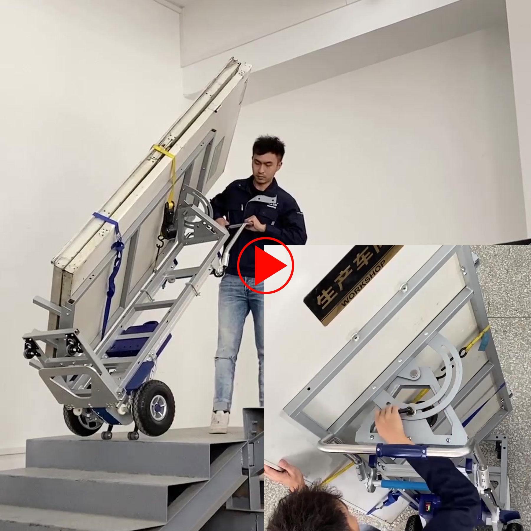 Türen oder Fensterelemente werden gesichert elektrisch die Treppe nach oben gefahren, schwenkbare Aufnahme für die Lasten
