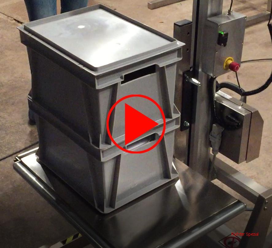 Die Plattform kann auch über einen Sensor bei Zuladung oder Entlastung automatisch in der Höhe einstellbar gewählt werden, hier ein kleines Anwendungsvideo. Bei Abladung einer Kiste hebt die Plattform, bei Aufstellen einer senkt sich diese selbsttätig.