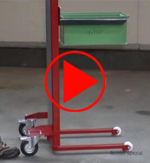 Video vom Materialheber mit Lastgabel, Hebevorgang plus Detailaufnahmen, Absenkvorgang mit gut sichtbarem Kettenschutz,