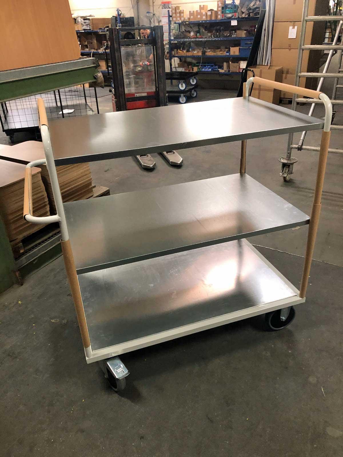 Tischwagen mit Wärme ableitenden, verzinkten Stahlböden (80kg Flächenlast), Rahmen des Etagenwagens in RAL 7035 lichtgrau pulverbeschichtet