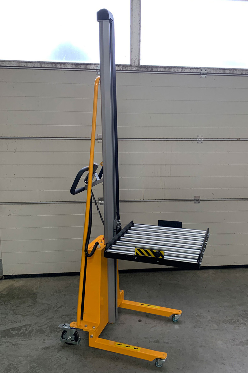 elektrischer Minilifter mit Sonder Rollenbahn 600x600mm zum seitlichen Anfahren an Regalanlagen, betriebssicheres Handling – auch durch die nach unten klappbaren Absturzsicherungen